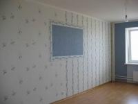 Декоративное оформление стены голубыми и белыми обоями