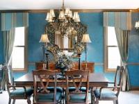 Голубые обои в гостиной с мебелью теплых коричневых оттенков