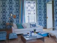Голубые обои с крупным рисунком в дизайне гостиной