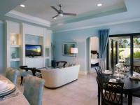 Оформление стен просторной гостиной голубыми обоями