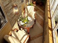 Дерево, декоративная штукатурка и камень  - богатое оформление балкона