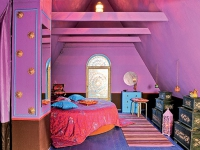 Яркие цвета в оформлении мансарды