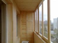 Балкон полностью обшитый вагонкой