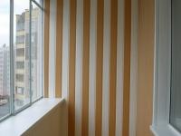 Балкон, обшитый пластиковыми панелями разных цветов
