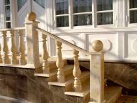 Резные деревянные перила с балясинами