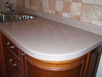 Плинтус из камня на кухне