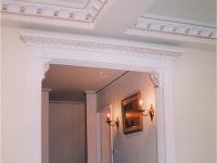 Декоративный плинтус на потолке