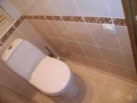 Напольный плинтус из керамики в туалете