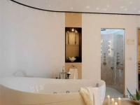Узкий потолочный плинтус в ванной комнате