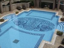 узор из плитки в бассейне