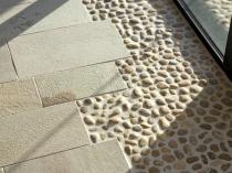 Необычное сочетание плитки и гальки на балконе