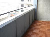 Пол на балконе можно выложить деревянной плиткой