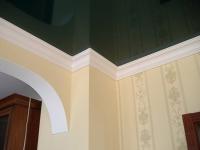 Оформление навесного потолка плинтусом