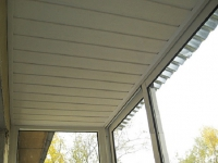 Потолок из пластика на балконе