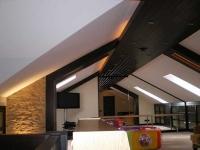 Контрастные цвета в отделке потолка мансарды