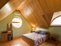 Потолок мансарды из деревянной вагонки