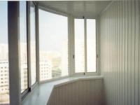 После расширения балкона по подоконнику появилось место для вазонов
