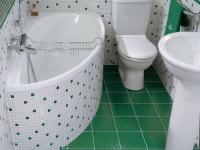 Угловая ванна в санузле для экономии площади помещения