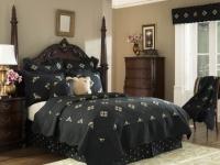 Черный текстиль и декорирование спинки кровати шпилями для готической спальни