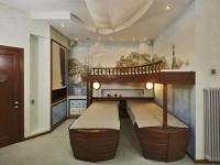 Фотообои на морскую тематику и кровати-лодки в детской спальне