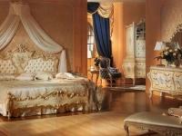 Богато украшенная мебель на изогнутых ножках в спальне ампир