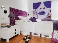 Яркий декор и плакат на стене в спальне стиля поп арт