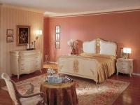 Пастельные тона отделки и мебель с позолотой в спальне роккоко
