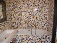 Мозаичные пластиковые панели в отделке санузла