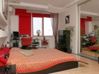 Бело-красная спальня с короткими шторами на окнах
