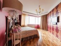Комбинирование насыщенного розового и бежевого оттенков для оформления спальни