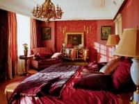 Красный и бордовый цвет в дизайне классической спальни