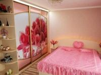 Шкаф купе с цветочным фасадом в розовой спальне