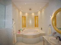 Интерьер санузла с круглой ванной и встроенной подсветкой