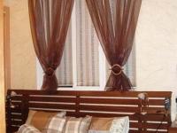 Короткие шторы из органзы на окне спальни