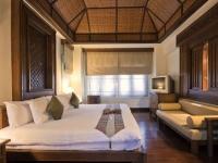 Полотняные римские шторы в строгом дизайне спальни