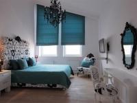 Римские шторы на окнах нестандартной формы в спальне