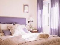 Полупрозрачные шторы на карнизе-штанге в спальне