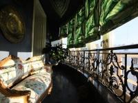Длинный балкон с кованными перилами