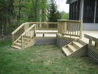 Крыльцо-терраса с двумя деревянными лестницами