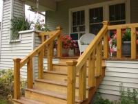 Деревянные ступеньки крыльца дома