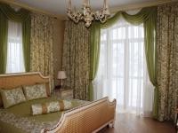 Темные шторы в сочетании с белыми тюлевыми занавесками в спальне