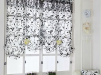 Прозрачная с черно-белым принтом тюль в спальне