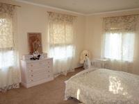 Комбинация римских штор и тюля с вышивкой в спальне