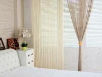 Двухцветные занавески из кисеи в спальне