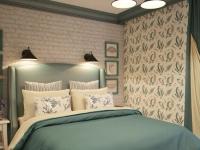 Светлый паркетный пол и отделка стен в узкой спальне