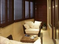Интерьер лоджии с креслами и чайным столиком