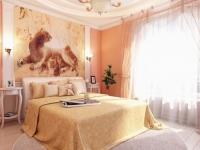 Просторная спальня с персиковыми однотонными стенами и фотообоями