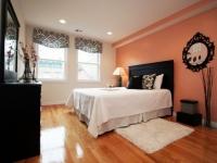 Комбинирование белого и персикового цвета для декорирования стен в спальне