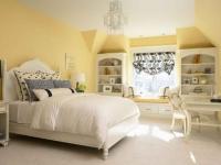 Белая мебель в желтой мансардной спальне