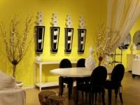 Желтые обои в современном интерьере гостиной